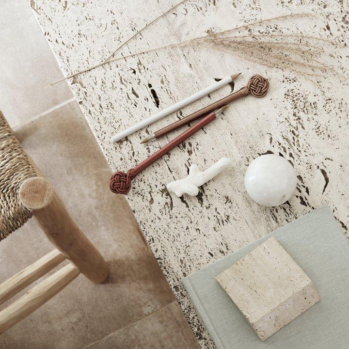 Pen w  silk thread, l 17 cm, rust