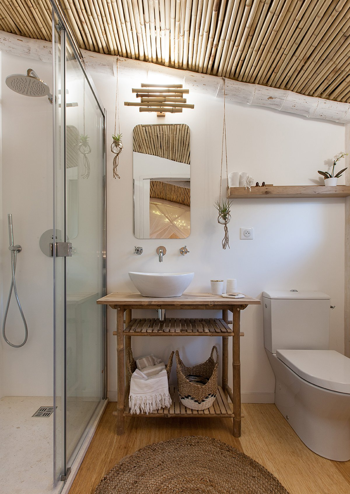 CABANE & SPA PELLA ROCA a small and cozy hotel in France. Bathroom decorated with Bamboo furniture